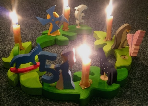 green-wooden-leaf-shaped-ring-with-candles-and-decorations