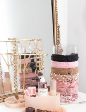 19 DIY Vanity Mirror Ideas To Beautify Your Makeup Space 18