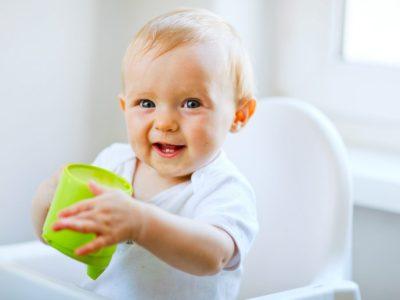 متي يحتاج الرضيع لشرب الماء, شرب الماء للاطفال الرضع ,متى يشرب الرضيع الماء, هل شرب الماء ضروري للرضيع ,هل يحتاج الرضيع الى شرب الماء