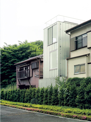 ảnh trái : Mặt tiền ngôi nhà đơn giản, hiện đại, rất khác với những ngôi nhà xung quanh.