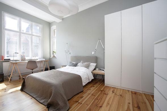 Một phong cách phong cách phòng ngủ tối thiểu nhưng cho thấy tư duy khoáng đạt của chủ nhân qua chi tiết thô mộc của vân gỗ và phong cách thiết kế của bàn làm việc cũng như chi tiêt chiếc đèn đọc sách.