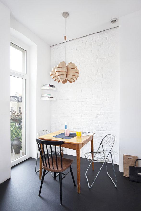 Nội thất phong cách tối thiểu - một góc bàn ăn với mảng tường xây thô sơn trắng làm nền cho đồ nội thất.