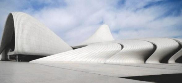 Kết cấu được tạo thành từ những mảng tường uốn cong xếp lớp, cho ánh sáng thiên nhiên rọi vào qua các khe hở