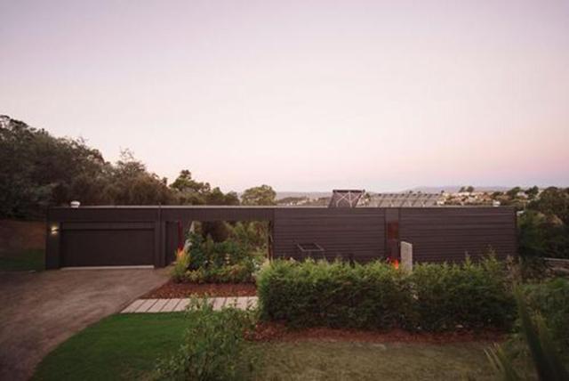 Với diện tích 144m2, Southern Outlet House sử dụng các mức độ phân chia làm tối đa hóa không gian. Một cảm giác rộng rãi được tạo ra thông qua việc thiết kế trần nhà cao, dễ dàng kết nối với các khu vườn và hướng tầm nhìn ra ngoài trời.