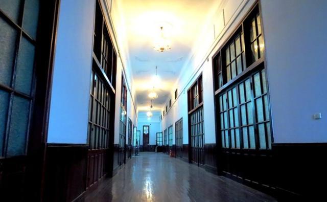 Bên trong các phòng làm việc tại tầng 2 cũng như tầng 3, chân tường, sàn nhà, hành lang đều được ốp, lát bằng gỗ lim Thanh Hóa. Hành lang tại tầng 3 rộng khoảng 2,5 m, hai bên được bố trí rất nhiều cửa. Cửa mở ra ngoài đón gió và nắng, cửa mở vào các phòng làm việc, góp phần tạo nên độ thông thoáng, mát mẻ vào mùa hè và ấm cúng vào mùa đông.