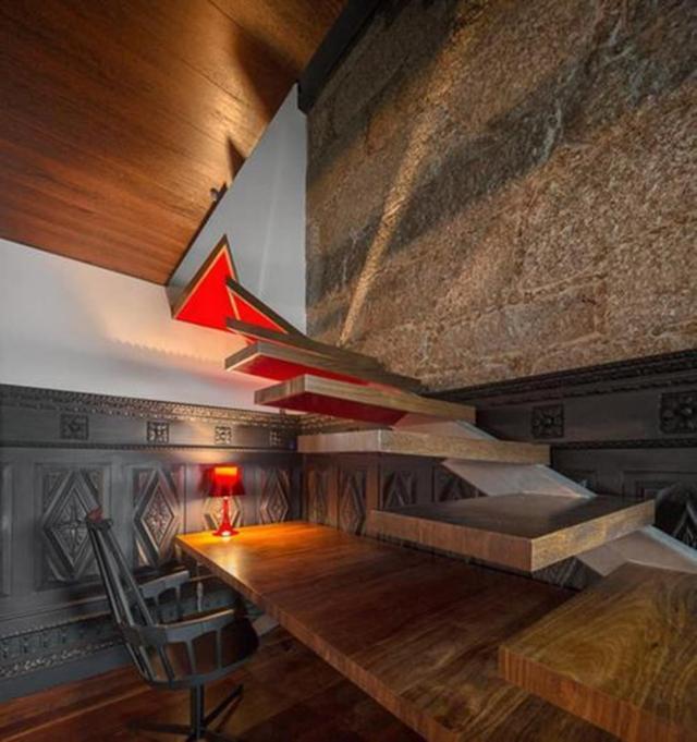 Ngôi nhà ở thành phố Guimarães Bồ Đào Nha là nơi sống mơ ước của bất kỳ ai. Trước nhà là rừng cây sồi xanh mát, hồ bơi trong nhà và ngoài trời, cầu thang xoắn ốc, thiết kế bên trong với không gian lưu trữ độc đáo, tường ốp gỗ và tận dụng tối đa ánh sáng tự nhiên.