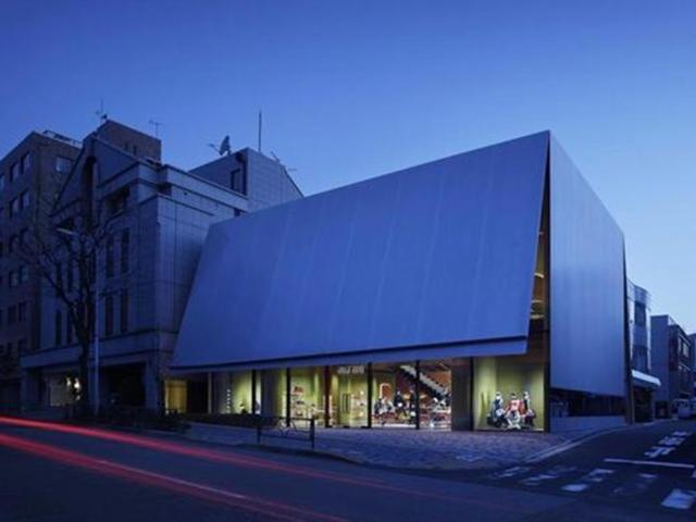 Là một trong những công trình của năm 2016, cửa hàng Miu Miu Aoyama ở Tokyo, Nhật Bản có thiết kế đơn giản nhưng ấn tượng. Cửa hàng trông giống một chiếc hộp xinh xắn với mặt tiền bằng cấu trúc thép nổi bật giữa các tòa nhà bằng kính xung quanh.