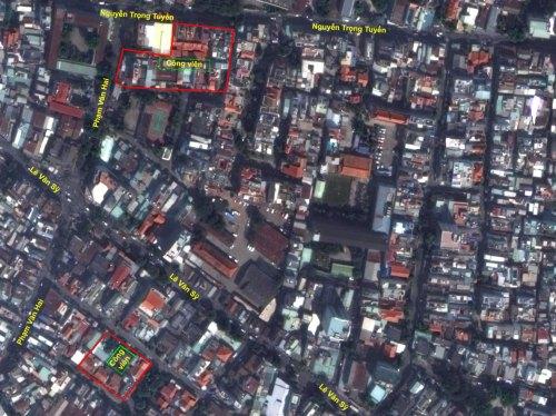 Hai trong số các khu dân cư trước 1975 trên bản đồ vệ tinh hiện nay - Ảnh: TRỊ THIÊN Riêng khu trung tâm thành phố, một số công trình lớn được xây dựng, tạo điểm nhấn khu vực cũng như dấu ấn một kiểu kiến trúc khác hoàn toàn với kiến trúc Pháp, phối hợp nhuần nhuyễn nét hiện đại với tính dân tộc; phù hợp với thời tiết nóng ẩm Sài Gòn: dinh Độc Lập, Thư viện Quốc Gia, chùa Vĩnh Nghiêm...
