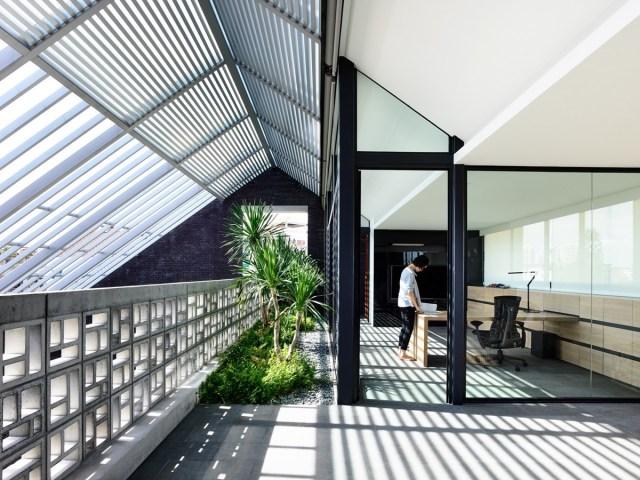 kien-viet-biet-thu-voi-can-phong-khong-mai-hyla-architects-18.jpg?resize=640%2C480&ssl=1