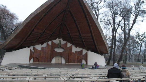 В Мариинском парке Киева ремонтируют летнюю эстраду ...
