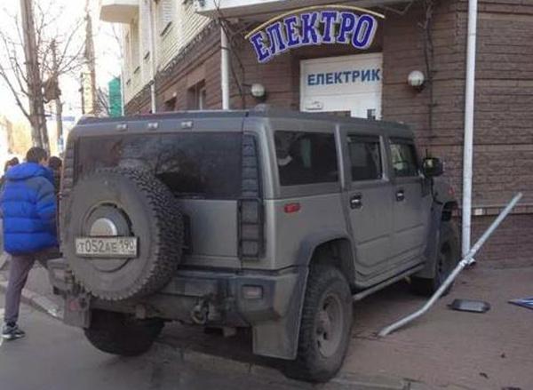 В Киеве «Хаммер» с российскими номерами въехал в магазин ...
