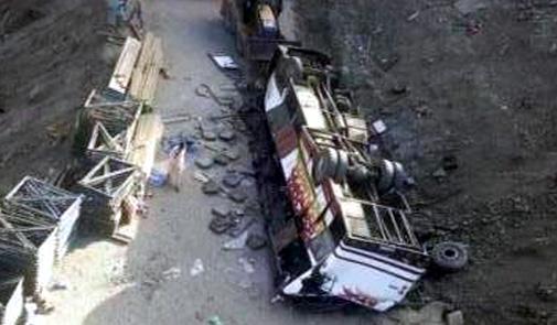 حافلة تسقط في منحدر بين تازة والحسيمة.. قتيلان وحوالي 60 جريحا