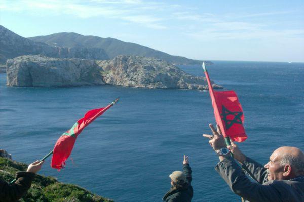 تسللوا سباحة ورفعوا الأعلام المغربية دون تدخل السلطات الإسبانية.. شبان مغاربة يصلون إلى جزيرة ليلى