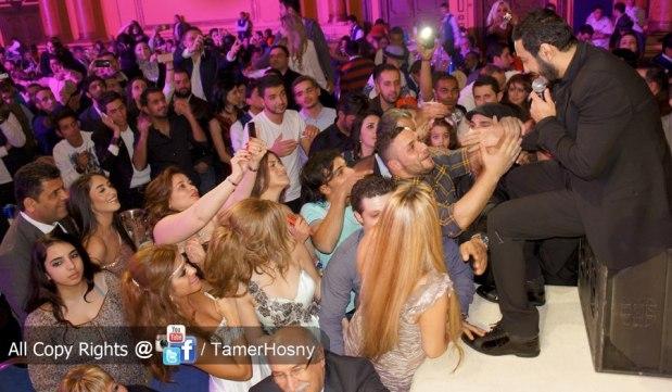 تديرها المغربية.. تامر حسني حاضي راسو مع المعجبات!! (صور)