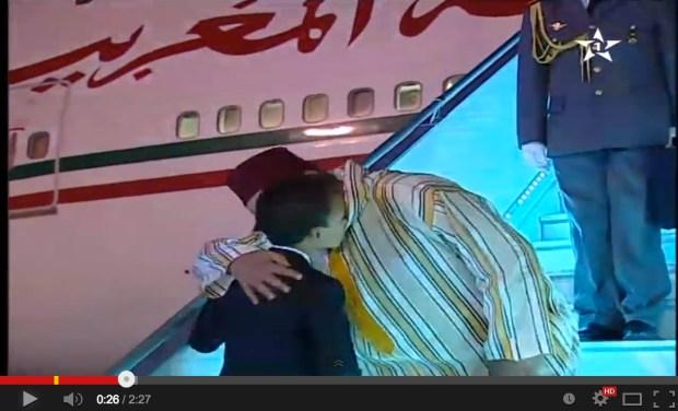 بالفيديو.. ولي العهد في استقبال الملك