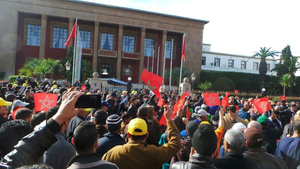 الرباط.. النقابات تحتج أمام البرلمان قبل وصول ابن كيران (صور)