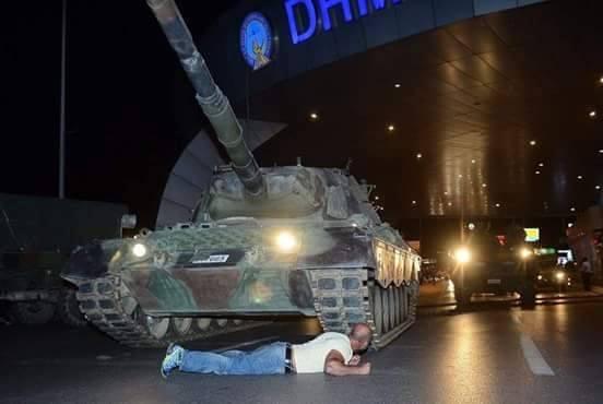 """بالصور والفيديو.. """"شبه"""" انقلاب في تركيا"""