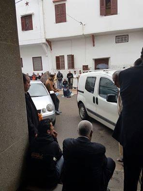 في باب المسجد.. ابن كيران يستمع إلى خطبة الجمعة