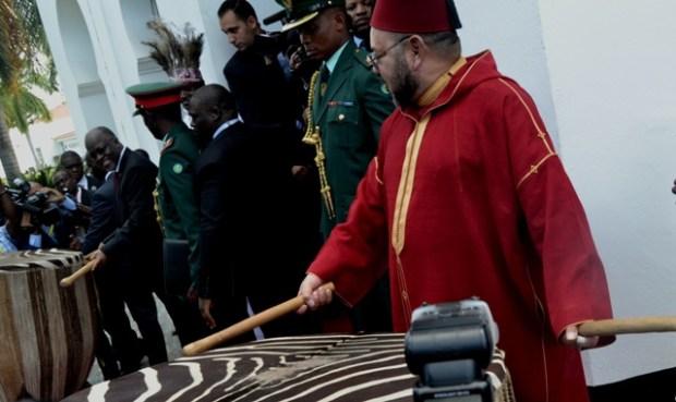 مشهد أثار الإعجاب.. الملك يدق الطبل في حفل استقبال في تنزانيا (صور وفيديو)