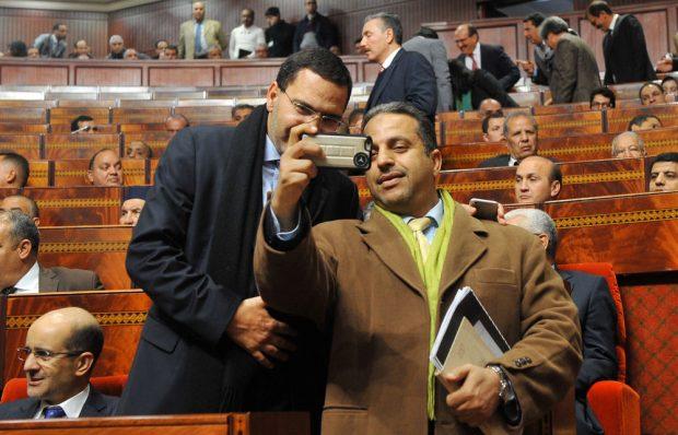 برلمانيين فرحانين بدخول القبة.. يا عيني على السيلفيات!! (صور)