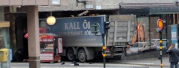 مقتل 3 أشخاص.. شاحنة تدهس المارة في ستوكهولم (صور وفيديو)