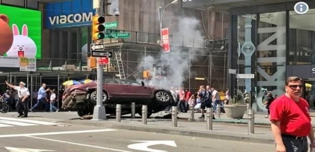 """نيويورك.. سيارة مسرعة تدهس المارة على ممشى في """"تايمز سكوير"""""""