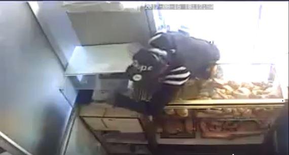 بالفيديو من وسط سلا.. شفار دخل لحانوت ودار ما بغا!