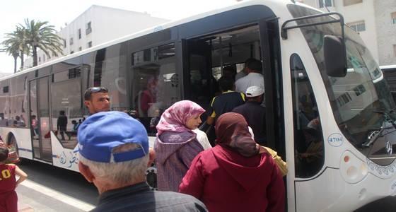 """الناس كاعيين وجمعيات دايرة وقفة احتجاجية.. طوبيسات تطوان """"تحاصر"""" ذوي الاحتياجات الخاصة!"""