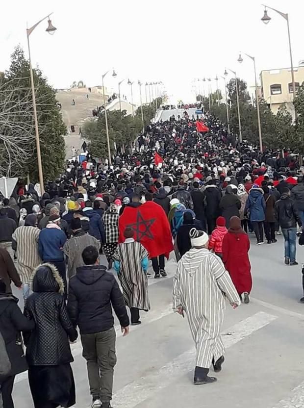 بالصور من جرادة.. مسيرة في الأحياء والوالي يجتمع بالمنتخبين ومحاولات لمنع الإضراب الإقليمي