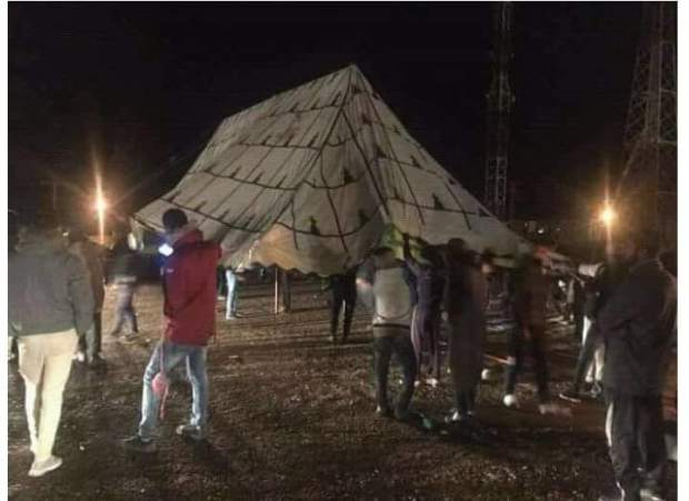 """دعوات إلى إضراب شامل في المدينة.. سكان جرادة ينصبون الخيام أمام مستودع الأموات لمنع دفن """"قتيلي الساندريات"""" (صور)"""