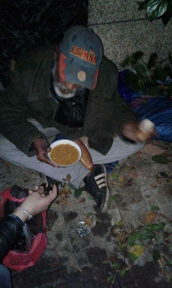 بالصور من سلا.. شباب يوزعون أغدية وأغطية وملابس على المشردين
