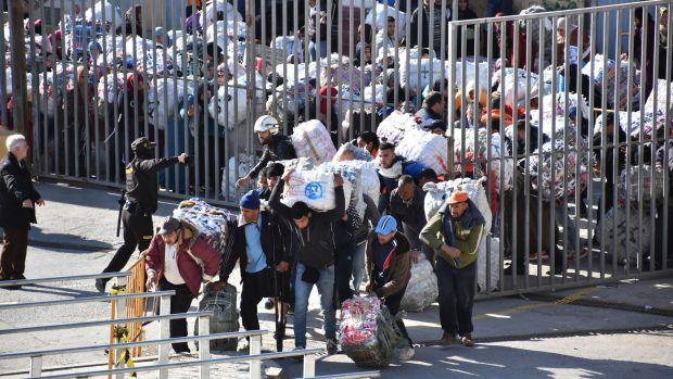 الشرطة الإسبانية تطالب بالتكنولوجيا والأمن المغربي يضع حواجز لتنظيم السير.. إجراءات جديدة في معبر مليلية