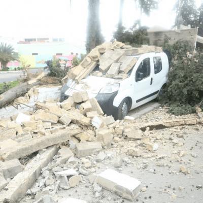بالصور من الحاجب ومكناس.. رياح قوية تقتلع الأشجار وتسقط الأسوار