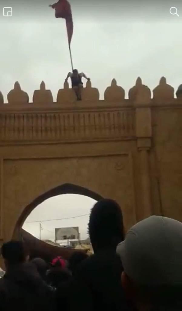 بالصور والفيديو من وجدة.. فرّاش بغا ينتحر من فوق باب سيدي عبد الوهاب!