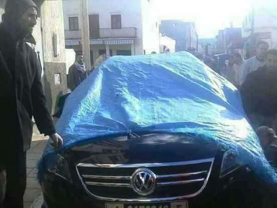 حيث ما كيديرش الواجبات ديالو.. مواطنون يحجزون سيارة رئيس جماعة!! (صور)