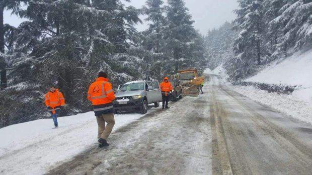 بالصور من الطريق بين شفشاون وتارجيست.. انحرافات وحوادث اصطدام والثلوج تحاصر المسافرين