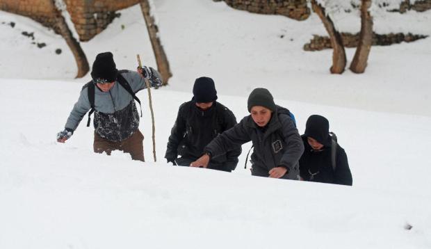 """بالصور من ضواحي أزيلال.. اطلب العلم ولو """"وسط الثلوج""""!!"""