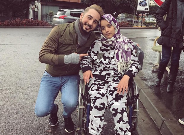 بالفيديو.. معجبة من ذوي الاحتياجات الخاصة تمنح هدية لبدر سلطان