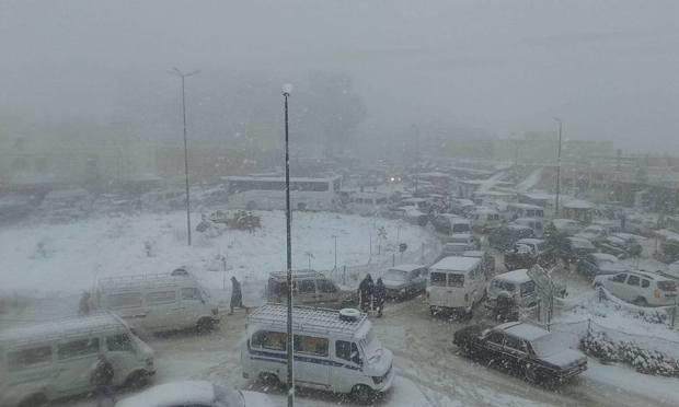 بالصور.. الثلوج تحاصر مسافرين بين تطوان والحسيمة