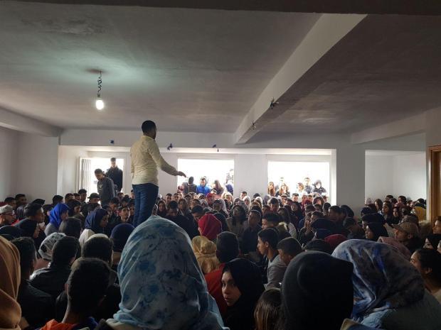 """المهدي منيار """"الأستاذ المعجزة"""".. دروس الدعم بالغناء!! (فيديو وصور)"""