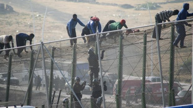 سبتة.. إحباط محاولة اقتحام 60 مهاجرا غير شرعي للسياج الحدودي