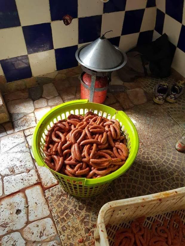 بالصور من مراكش.. مداهمة متجر وحجز 900 كيلو من اللحوم والنقانق الفاسدة