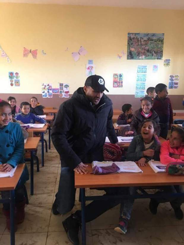 بالصور والفيديو.. بدر هاري يتكفل بتوسيع وترميم مدرسة في القنيطرة!