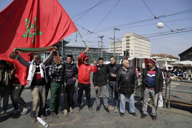 بالصور من إيطاليا.. جماهير مغربية في طورينو لتشجيع الأسود