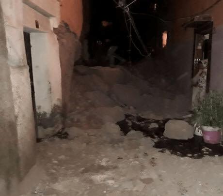 بالصور من مراكش.. انهيار منزل عتيق والسكان يبيتون في العراء