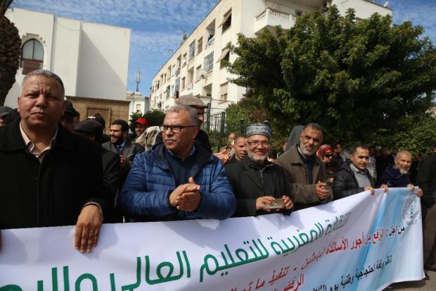بالصور من الرباط.. أساتذة جامعيون يحتجون أمام الوزارة