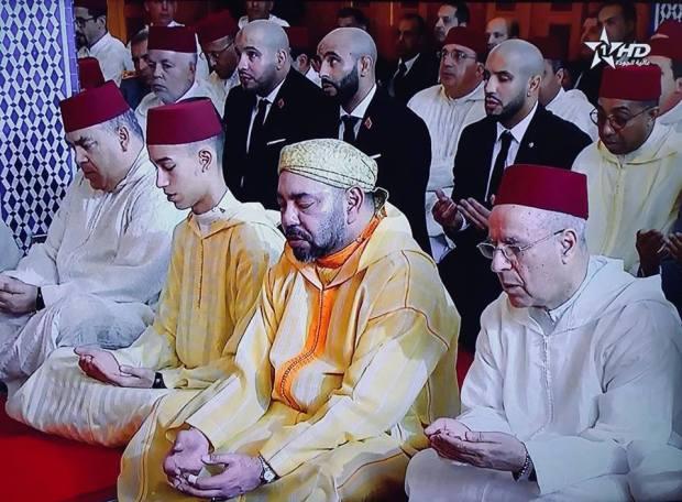 بالفيديو والصور.. البطلان أبو زعيتر يؤديان صلاة الجمعة خلف الملك