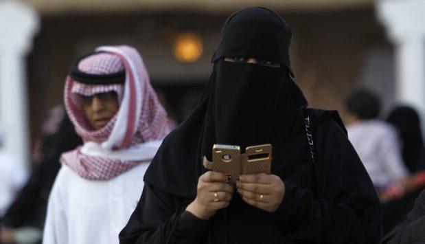 التجسس بين الأزواج.. عام ديال الحبس وأكتر من 100 مليون غرامة