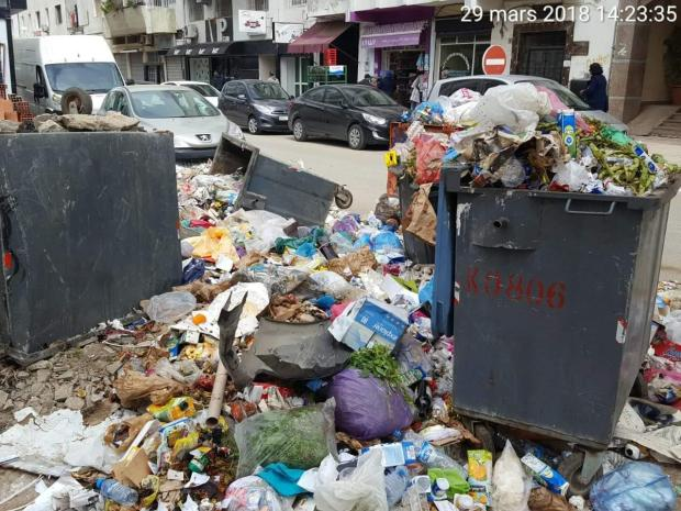 بالصور من القنيطرة.. إضراب عمال النظافة يغرق المدينة في الأزبال!