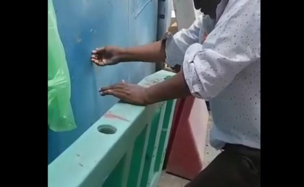 عيش نهار تسمع خبار.. الوضوء بالهواء في مكة! (فيديو)